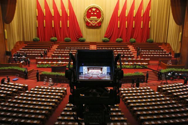 ประธานาธิบดี สี จิ้นผิง (ซ้าย) และนายกรัฐมนตรีหลี่ เค่อเฉียง มาถึงที่ประชุมสภาผู้แทนประชาชนจีน ณ มหาศาลาประชาชนจีน กรุงปักกิ่งเมื่อวันที่ 9 มี.ค. 2559 (ภาพ รอยเตอร์ส)