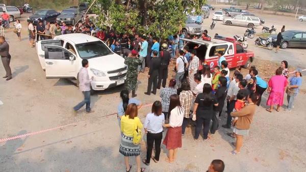 สาวนักพัฒนาชุมชนถูกยิงดับคารถกลางตลาดแม่เมาะ กิ๊กหนุ่มทหารยศจ่า อ้างปืนลั่นหลังบอกเลิก
