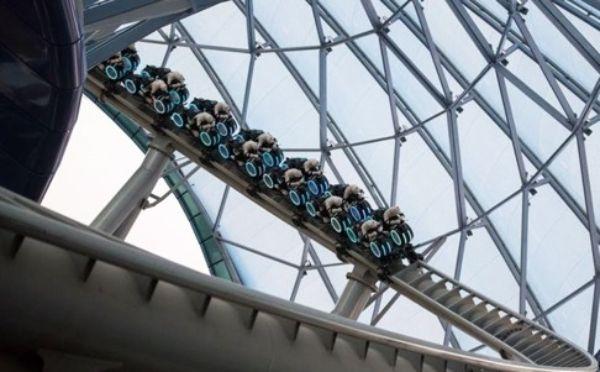 """รถไฟเหาะ """"ทรอน ไลท์ไซเคิล พาวเวอร์รัน"""" (TRON Lightcycle Power Run) ซึ่งออกแบบโดยได้รับแรงบันดาลใจจาก """"ทรอน"""" (Tron) (ภาพคิวคิว)"""