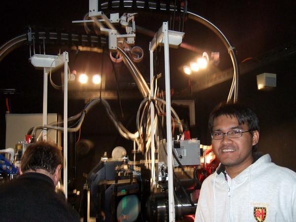 ดร.อุเทน กับเครื่องสเปคโตรกราฟ AAOmega ที่ใช้กับกล้องโทรทรรศขนาดเส้นผ่านศูนย์กลาง 3.9 เมตร ที่หอดูดาว Siding Spring ทางตอนเหนือของเมือง Sydney ประเทศออสเตรเลีย