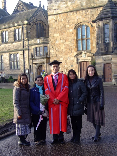 ภาพถ่ายกับครอบครัวในระหว่างงานรับปริญญาปรัชญาดุษฎีบัณฑิตที่มหาวิทยาลัยเดอแรม ถ่ายหน้า Durham Cathedral
