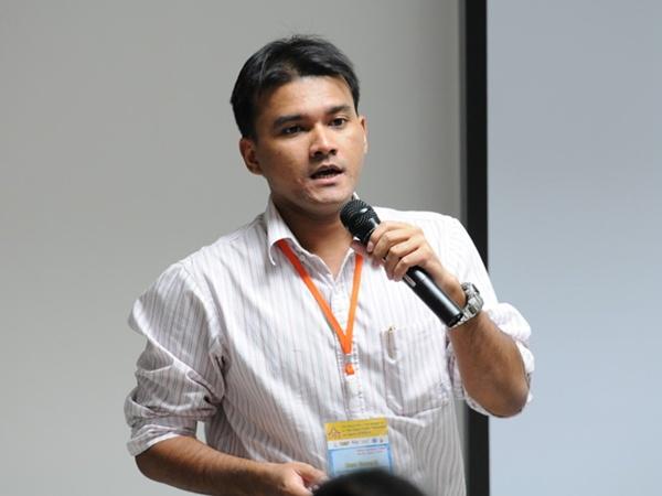 ขณะการนำเสนองานวิจัยในงานประชุม Sino-Thai Symposium on high energy Physics and astrophysics ปี 2012