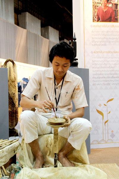นายกิตติศักดิ์ ฝั้นสายอายุ32ปี ช่างฝีมือผู้หลงใหลในงานศิลปะบวกกับความมุ่งมั่นในงานปั้นดิน จ.เชียงใหม่