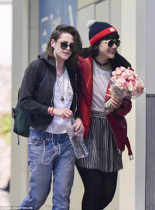 """ยลโฉมรักใหม่ """"คริสเตน สจ๊วร์ต""""หอบดอกไม้มารับถึงสนามบิน??"""