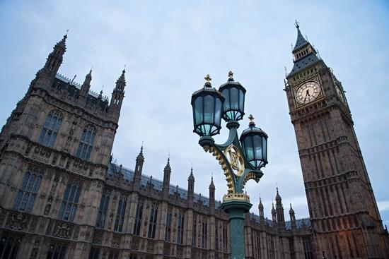 Avon to cut 2,500 jobs, move headquarters to Britain