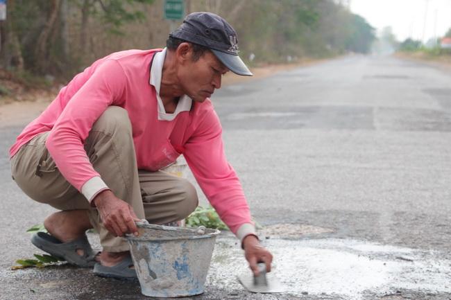 แชร์ว่อนออนไลน์ ภารโรงน้ำใจงามซ่อมถนนสาธารณะมากว่า 2 ปี