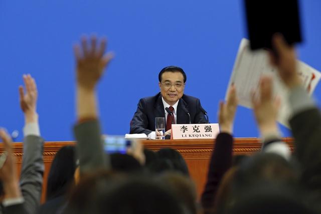 เขา ภายหลังการประชุมประชุมรัฐสภาจีน ณ มหาศาลาประชาชน ในกรุงปักกิ่ง วันพุธ (16มี.ค.) </i>
