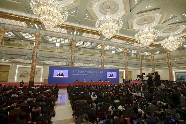 <i>ภาพการแถลงข่าวประจำปีของนายกรัฐมนตรีหลี่ เค่อเฉียง ภายหลังพิธีปิดการประชุมเต็มคณะของสภาผู้แทนประชาชนแห่งชาติ หรือ รัฐสภาจีน เมื่อวันพุธ (16 มี.ค.) </i>
