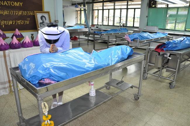 ซาบซึ้ง...พยาบาลกตัญญูนำเข็มสถาบันกราบศพแม่ หลังเรียนจบเดินตามรอยเท้าผู้บังเกิดเกล้า