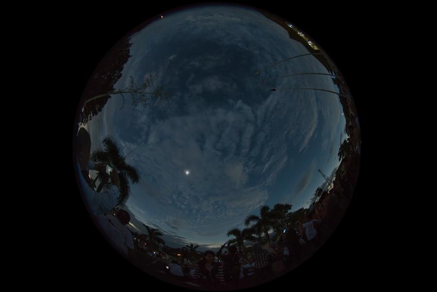 ภาพบรรยากาศโดยรอบช่วงปรากฏการณ์เต็มดวง (Camera : Nikon D600 / Lens : Sigma 8mm.f/3.5 Fisheye / Focal length : 8 mm. / Aperture : f/3.5 / ISO : 800 / Exposure : 1/100 sec.