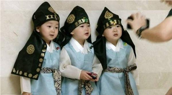 """ติ่งไทยทำขายขี้หน้า! บุกเกาหลี...คุกคาม """"ซุปตาร์แฝดสาม"""""""