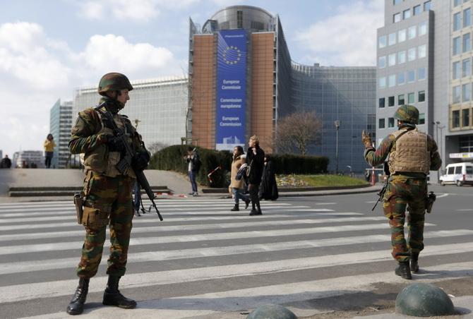 ทหารลาดตระเวนด้านนอกของสำนักงานคณะกรรมาธิการยุโรปท่ามกลางการยกระดับการเตือนภัยขั้นสูงสุด ตามหลังเหตุโจมตีก่อการร้ายในบรัสเซลส์ ประเทศเบลเยียม