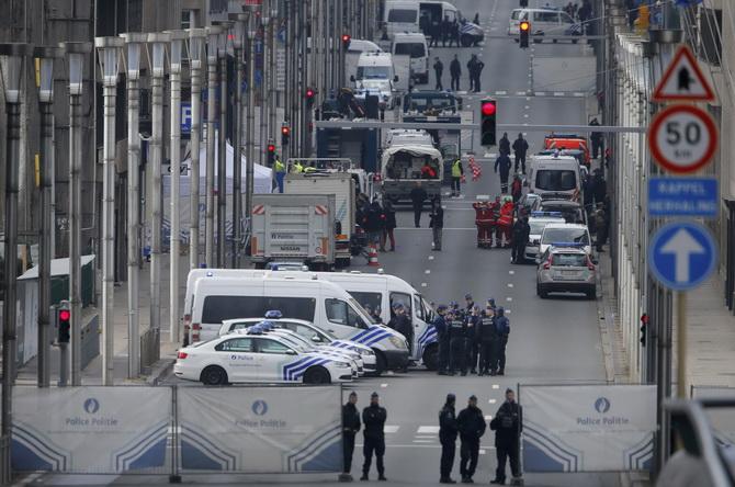 ตำรวจเบลเยียมและเจ้าหน้าที่หน่วยฉุกเฉินปิดกั้นพื้นที่เกิดเหตุ ตามหลังเกิดระเบิดในสถานีรถไฟฟ้ามาลบีค ในบรัสเซลส์ เมื่อวันอังคาร(22มี.ค.)