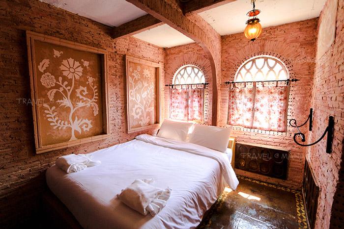 ห้องพักบนตึกโมร็อคโฮมบลู ที่มีผนังสีห้องโดดเด่น