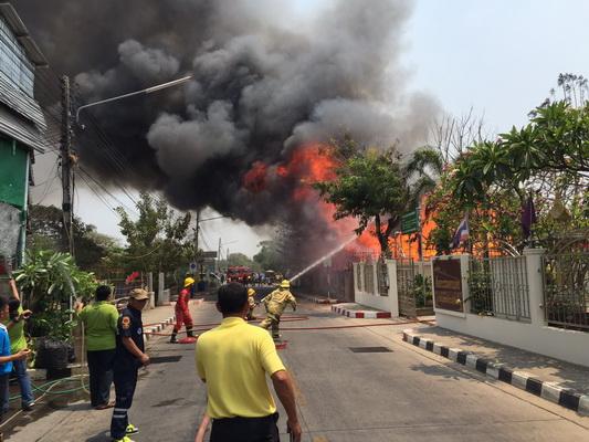 ไฟไหม้บ้านไม้ 2 หลังใจกลางเมืองขอนแก่น คาดไฟฟ้าลัดวงจร