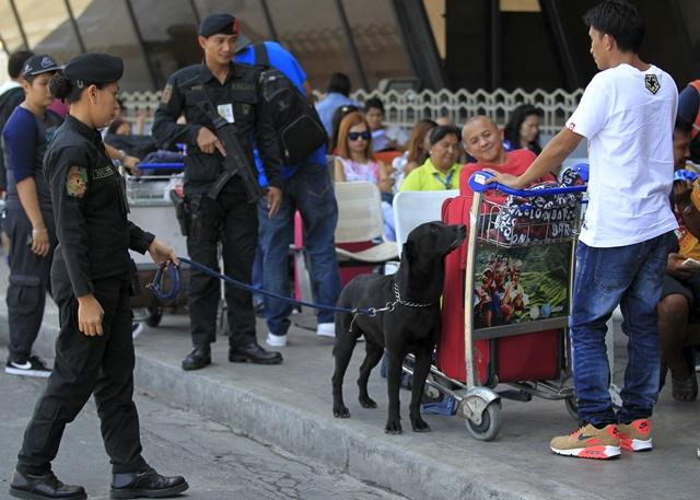 <i>ตำรวจหน่วยรักษาความปลอดภัยการบินของสำนักงานตำรวจแห่งชาติฟิลิปปินส์ ใช้สุนัขดมกลิ่นตรวจกระเป๋าสัมภาระของผู้โดยสาร บริเวณด้านนอกท่าอากาศยานนานาชาติ นินอย อากีโน ในกรุงมะนิลา วันพุธ (23) </i>