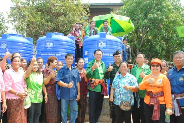 ธกส.มอบถังบรรจุน้ำดื่มขนาด 2,000 ลิตร กว่า 60 ถังให้ประชาชนพื้นที่ 3 อำเภอของจังหวัดมหาสารคาม
