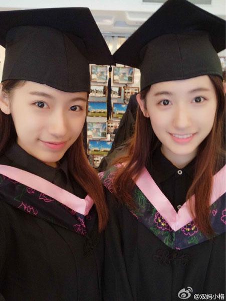 พี่น้องสาวแฝดทั้งสอง ชื่อว่า ซุ่น ยู่เมิ่ง และซุน ยู่ถง ทั้งคู่เกิดเมื่อวันที่ 29 สิงหาคม 1994 ที่เมืองหนันจิง มณฑลเจียงซู สำเร็จปริญญาตรี ภาควิชาภาษาอังกฤษ มหาวิทยาลัยฟูตัน เซี่ยงไฮ้ (ภาพซีน่า เวยปั๋ว)