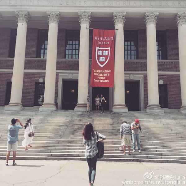 ซุน ยู่เมิ่ง ขณะเดินเข้าอาคารมหาวิทยาลัยฮาร์วาร์ด (ภาพเวยปั๋ว)