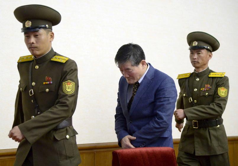 คิม ดอง-ชุล วัย 60 ปี ซึ่งอ้างว่าแปลงสัญชาติเป็นอเมริกันแล้ว และถูกจับในเกาหลีเหนือเมื่อเดือน ต.ค. ที่ผ่านมา กำลังเดินออกจากห้องแถลงข่าว หลังถูกนำตัวออกมาอ่านคำรับสารภาพต่อหน้าสื่อมวลชน ภาพเผยแพร่โดยสำนักข่าวเกียวโดวันนี้ (25 มี.ค.)