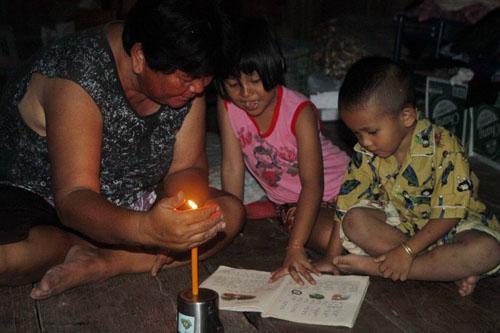 หมู่บ้านมืดมน ร้องขอไฟฟ้าใช้ แถมถนนพังยับ