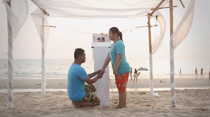 สุดซึ้ง! รักแท้เหนือการมองเห็น คู่รักพิการขอแต่งงานริมทะเล