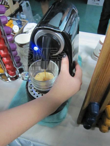 กดปุ่มเพื่อให้น้ำร้อนดันกาแฟออกมา