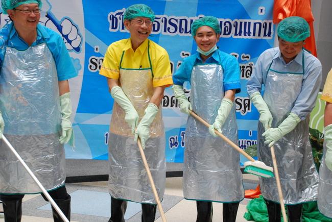 ผอ.รพ.ขอนแก่นนำทีมลุยล้างส้วมในโรงพยาบาล หวังปลอดภัยปลอดโรค