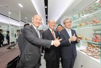 บรรยายใต้ภาพ : (เรียงจากซ้ายไปขวา) คุณธีรพงศ์ จันศิริ ประธานกรรมการบริหารและประธานเจ้าหน้าที่บริหาร บริษัท ไทยยูเนี่ยน กรุ๊ป จำกัด (มหาชน) คุณไกรสร จันศิริ ประธานกรรมการ บริษัท ไทยยูเนี่ยน กรุ๊ป จำกัด (มหาชน) ดร.สมคิด จาตุศรีพิทักษ์ รองนายกรัฐมนตรี