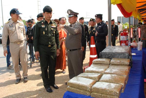 พล.ท.วิชัย แชจอหอ มทภ.2  ตรวจของกลางกัญชา 278 กก. กว่า 2.78 ล้าน ที่ตำรวจ สภ.เมืองนครราชสีมา ตรวจยึดได้