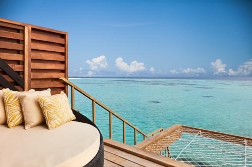 """ห้องพักแบบโอเวอร์วอเตอร์ วิลล่า มองเห็นทัศนียภาพของแนวปะการังที่ """"อมารี ฮาวอดด้า มัลดีฟส์"""""""