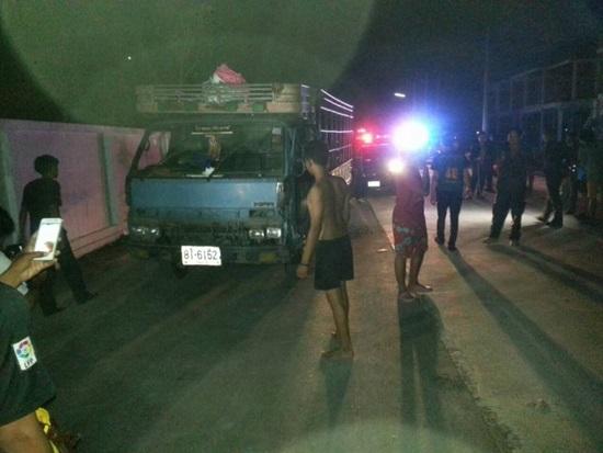ระทึก! รถบรรทุกหกล้อฝ่าด่านตรวจกลางดึก คนขับพร้อมพวกหลบหนี