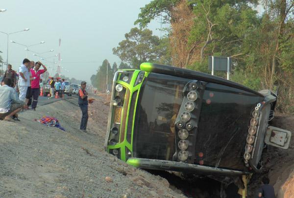 ระทึก! รถทัวร์เที่ยวเสริมสงกรานต์ขนผู้โดยสารเต็มคัน พุ่งตกถนนบุรีรัมย์เจ็บกว่า 20 ราย