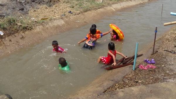 เทศบาลศาลาแดง สร้างน้ำพุจำลองให้เด็ก-เยาวชนมีน้ำเล่นช่วงสงกรานต์