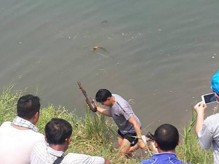 หนุ่มน่านดำน้ำหาปลาเจอระเบิดยุคสงครามโลกลูกเขื่อง โร่แจ้ง จนท.เก็บกู้