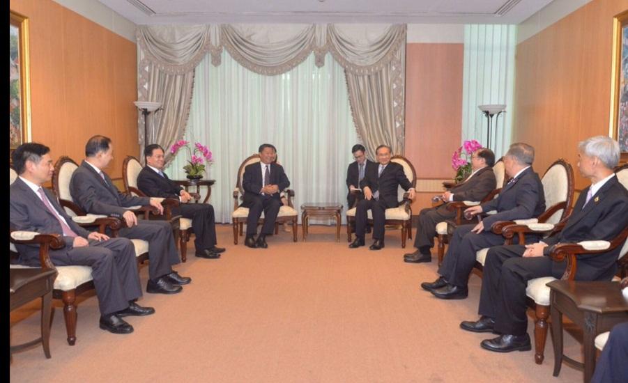 นายหลู่ ซินหัว ประธาน Council for Promoting South-South Cooperation (CPSSC) และอดีตรัฐมนตรีช่วยว่าการกระทรวงการต่างประเทศ สาธารณรัฐประชาชนจีน นำคณะนักธุรกิจจากประเทศจีน เข้าเยี่ยมคารวะนายดอน ปรมัติวินัย รัฐมนตรีว่าการกระทรวงการต่างประเทศ