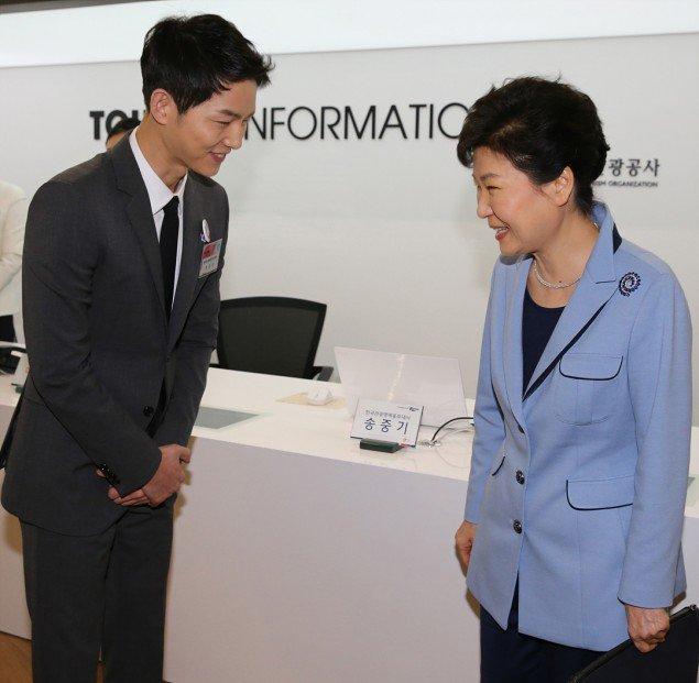 """ซงจุงกิ"""" ออกงานร่วมกับ """"ปาร์คกึนเฮ"""" ประธานาธิบดีเกาหลีใต้"""