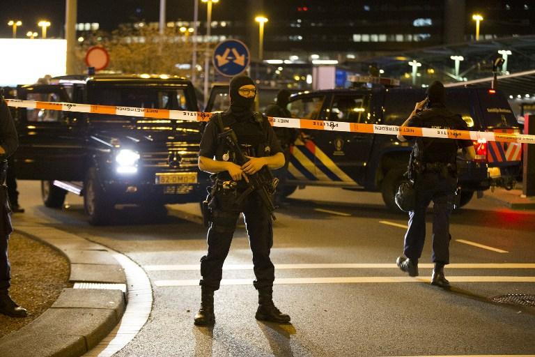 ตำรวจเนเธอร์แลนด์ยืนกันคนออกจากพื้นที่ด้านนอกสนามบินนานาชาติสกิโพลในกรุงอัมสเตอร์ดัม เมื่อช่วงกลางดึกวานนี้ (12 เม.ย.)