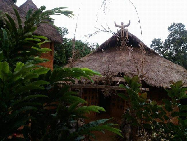 """""""บ้านดินอาข่าโฮมสเตย์""""  อยู่ที่หมู่บ้านหล่อโย ต.ป่าตึง อ.แม่จัน จ.เชียงราย  (ภาพจากแฟนเพจ Akha Mudhouse Maesalong)"""