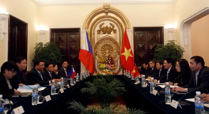<br><FONT color=#000033>รัฐมนตรีกระทรวงการต่างประเทศฟิลิปปินส์ (ที่ 3 จากซ้าย) และรองนายกรัฐมนตรีและรัฐมนตรีกระทรวงการต่างประเทศเวียดนาม (ที่ 3 จากขวา) หารือร่วมกันที่ทำเนียบรัฐบาล ในกรุงฮานอย วันที่ 11 เม.ย. แหล่งข่าวกลาโหมของฟิลิปปินส์เผยว่าสองประเทศจะพบหารือเพื่อสำรวจความเป็นไปได้ที่สองชาติจะร่วมฝึกซ้อมทางทหารและลาดตระเวนทางเรือในทะเลจีนใต้. -- Reuters/Kham.</font></b>