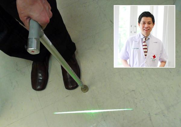 """""""ไม้เท้าเลเซอร์"""" นวัตกรรมพลิกชีวิตผู้ป่วยพาร์กินสัน"""