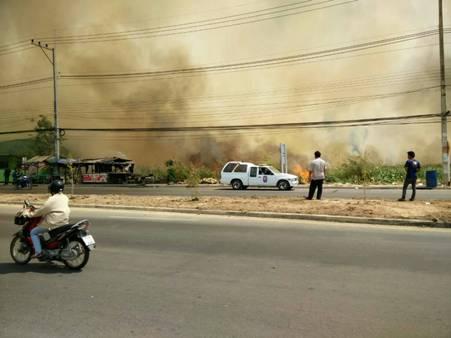 โกลาหล! ไฟไหม้ฟางข้าว-หญ้าข้างทางนับร้อยไร่/ลามเผาบ้านคนอีกหลัง