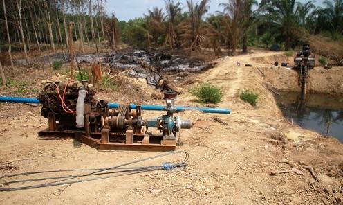 ชาวบ้านชากกลางตราดระดมกำลังต่อท่อน้ำยาว 3 กม.ดึงน้ำเข้าอ่างฯ หลังประสบภัยแล้ง