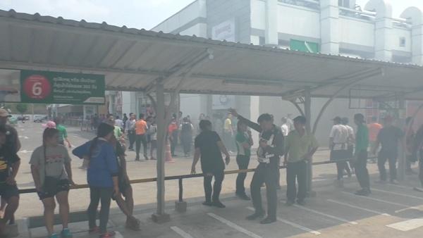 ระทึก! ไฟไหม้ป่าหญ้ากลางเมืองชัยนาท ระดมรถดับเพลิงดับป้องกันลามไหม้ห้างโลตัส ร้านค้า อาคารพาณิชย์