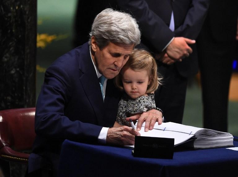 จอห์น เคร์รี รัฐมนตรีกระทรวงการต่างประเทศสหรัฐฯ อุ้มหลานสาว อิซาเบลล์ วัย 2 ขวบขึ้นนั่งบนโต๊ะลงนามข้อตกลงภูมิอากาศปารีส ที่สำนักงานใหญ่องค์การสหประชาชาติ นครนิวยอร์ก วานนี้ (22 เม.ย.)