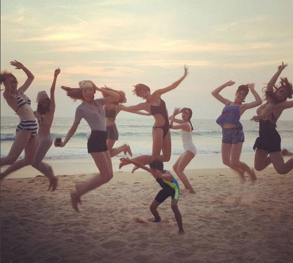 """ทะเลระอุเมื่อ""""ลูกเกด""""พาทีม The Face Thailand โชว์หวิวริมหาด"""