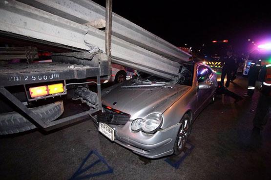 นิสิต ป.โท จุฬาฯ ขับเบนซ์เสยท้ายรถบรรทุกเสาเข็มเสียชีวิตริมถนนเกษตร-นวมินทร์ ขาเข้า