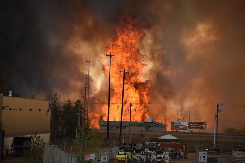 """แคนาดาสั่งอพยพ ปชช. 1 แสนในรัฐแอลเบอร์ตา หลัง """"ไฟป่า"""" ลุกลามเผาบ้านเรือนวอด"""