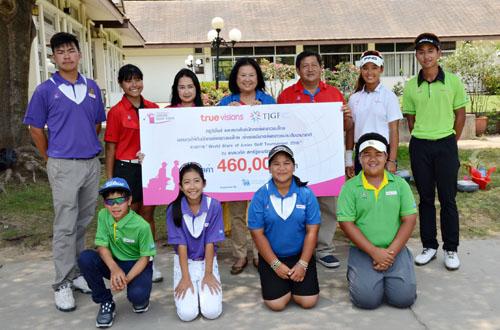 นนทนดา ชูลซ์ ผู้จัดการแผนกสื่อมวลชนสัมพันธ์ทรูวิชั่นส์ รศ.อิราวัณณ์ ผาณิตวงศ์ กรรมการและเลขานุการ สมาพันธ์นักกอล์ฟเยาวชนไทย และโปรลิขิต ชัยกิจ ผู้อำนวยการแข่งขันสมาพันธ์นักกอล์ฟเยาวชนไทย ร่วมแสดงความยินดีกับนักกอล์ฟเยาวชนที่คว้าทุน
