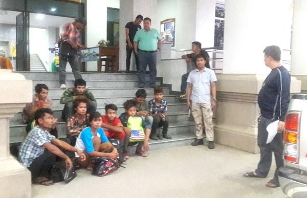ผู้ว่าฯ กาญจน์สั่งเข้มจับตาขบวนการขนแรงงานเถื่อน จับ 8 แรงงานชาวพม่าพร้อมผู้นำพาชาวไทยอีก 2